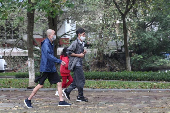 Người dân vượt tường vào công viên tập thể dục bất chấp lệnh cấm - Ảnh 5.