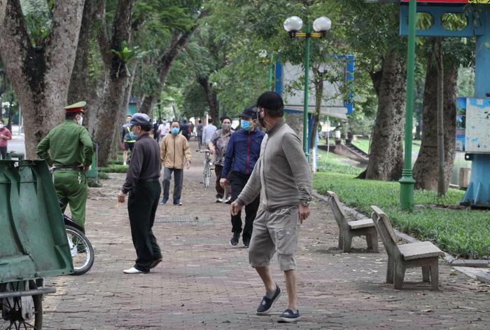 Người dân vượt tường vào công viên tập thể dục bất chấp lệnh cấm - Ảnh 11.