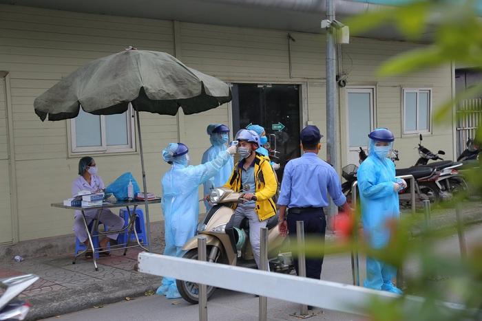 Đi khám tại BV Bạch Mai, một người nhiễm COVID-19 - Ảnh 1.