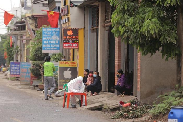 Hà Nội: Phong tỏa một xóm 2.000 người sau khi phát hiện ca dương tính Covid-19 - Ảnh 1.