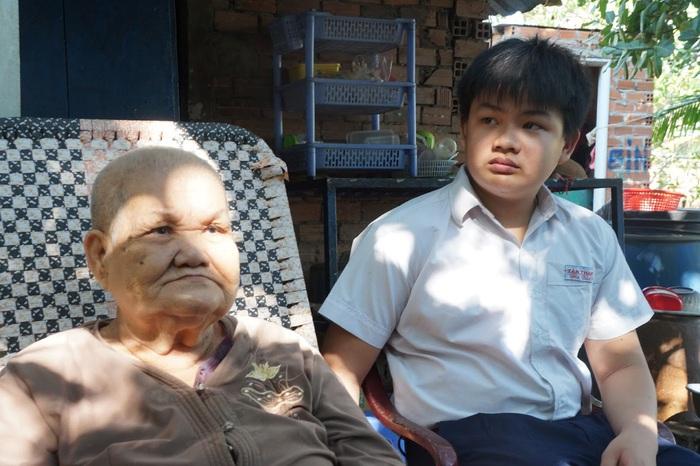 Cháu Châu Gia Bảo luôn bên cạnh và chăm sóc bà cố ngoại
