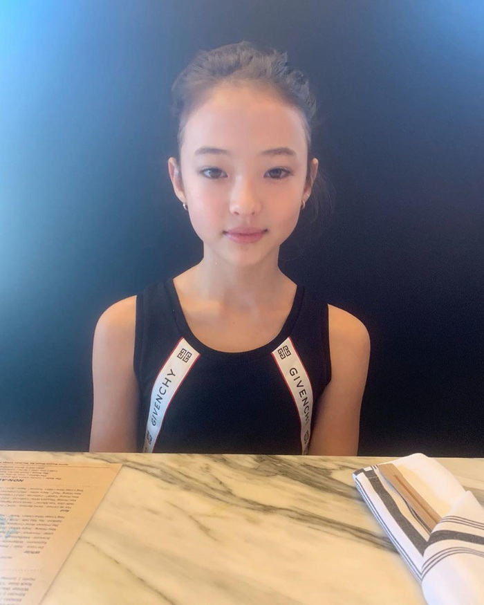 Bé gái tuổi dậy thì thích mặc áo 2 dây bó sát, danh tính quá bất ngờ - Ảnh 11.