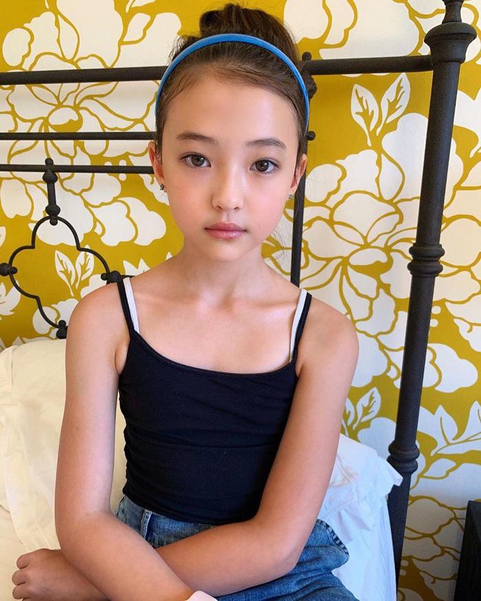 Bé gái tuổi dậy thì thích mặc áo 2 dây bó sát, danh tính quá bất ngờ - Ảnh 9.