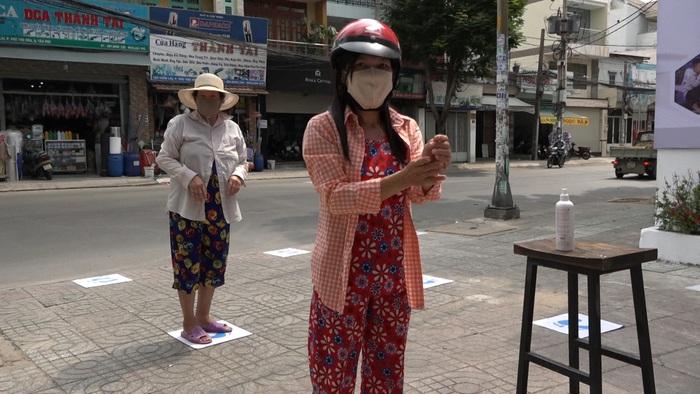 TP. Hồ Chí Minh: Máy tự động phát hơn 2,5 tấn gạo miễn phí cho gần 1.700 người nghèo - Ảnh 2.
