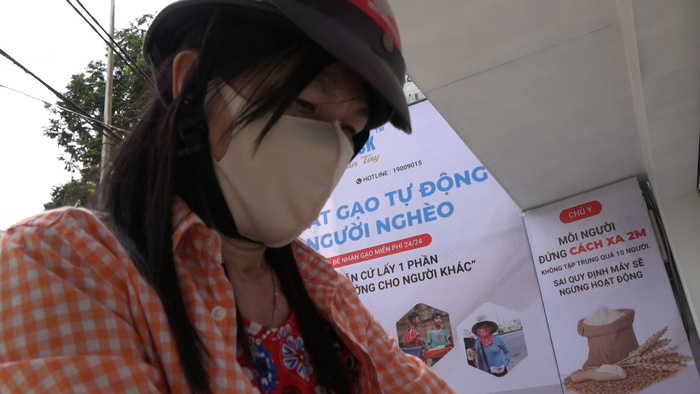 TP. Hồ Chí Minh: Máy tự động phát hơn 2,5 tấn gạo miễn phí cho gần 1.700 người nghèo - Ảnh 4.