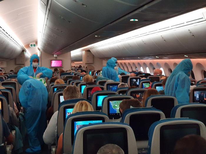 Việt Nam lắp cáng trên máy bay đưa công dân EU bị liệt được hồi hương - Ảnh 7.