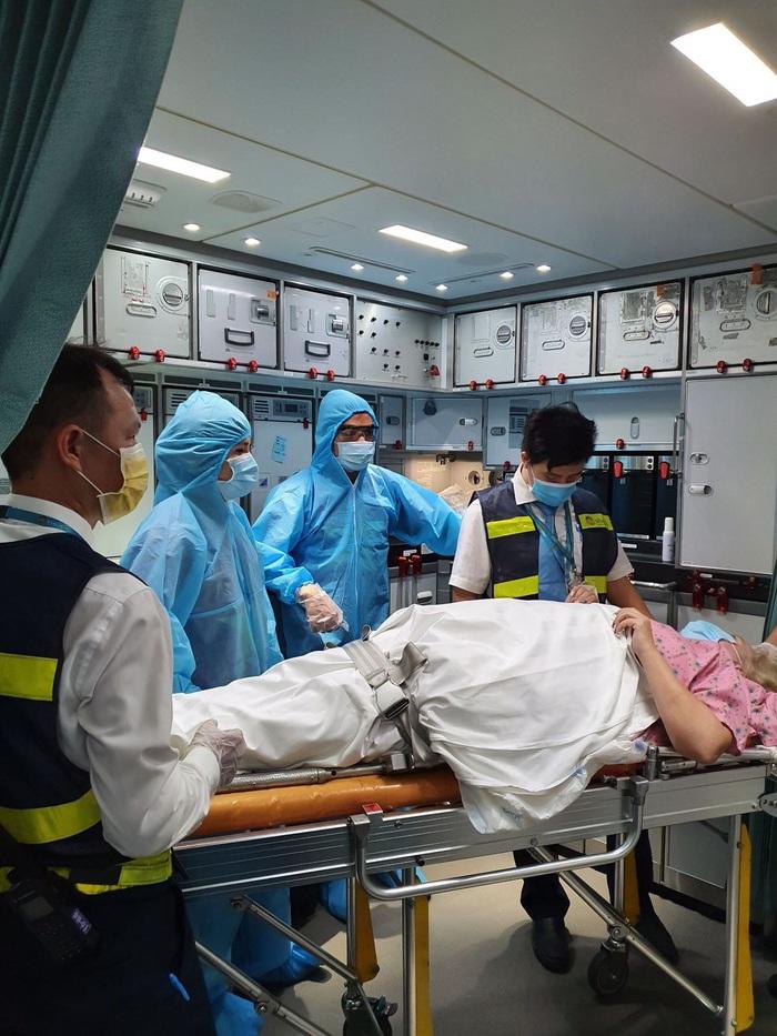 Việt Nam lắp cáng trên máy bay đưa công dân EU bị liệt được hồi hương - Ảnh 1.
