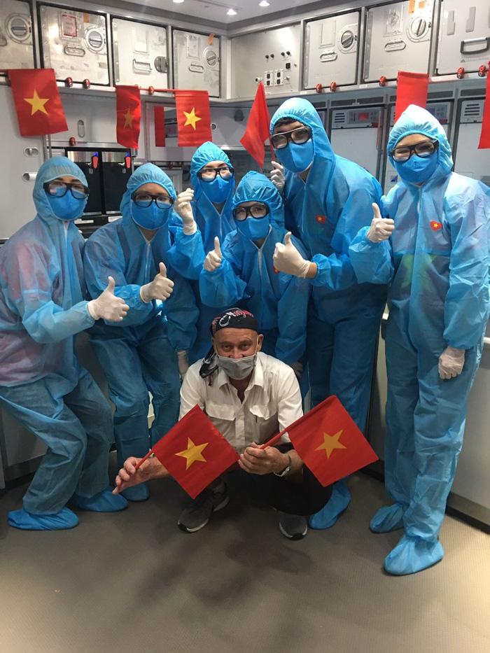 Việt Nam lắp cáng trên máy bay đưa công dân EU bị liệt được hồi hương - Ảnh 8.
