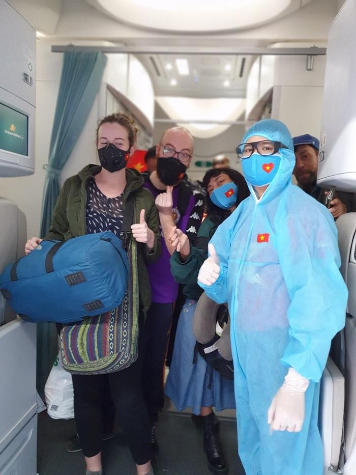 Việt Nam lắp cáng trên máy bay đưa công dân EU bị liệt được hồi hương - Ảnh 5.