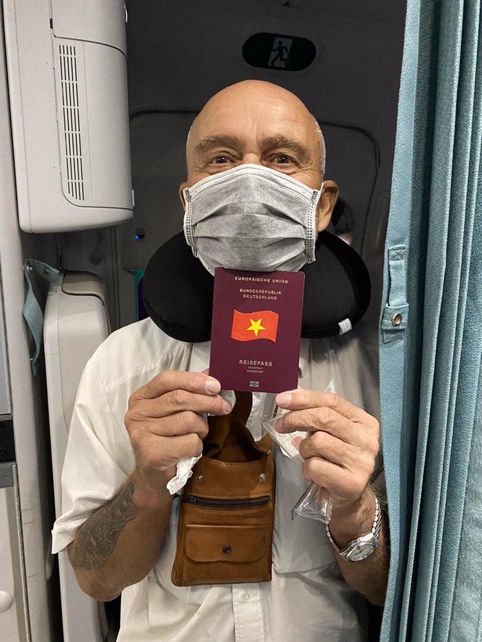 Việt Nam lắp cáng trên máy bay đưa công dân EU bị liệt được hồi hương - Ảnh 6.