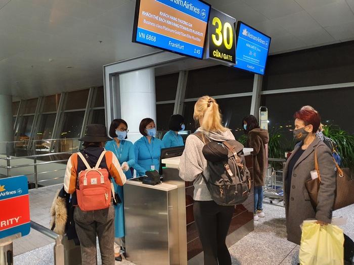 Việt Nam lắp cáng trên máy bay đưa công dân EU bị liệt được hồi hương - Ảnh 4.