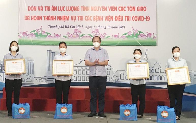 Ủy ban MTTQ Việt Nam TPHCM trao Giấy biểu dương và quà cho tình nguyện viên tôn giáo hoàn thành nhiệm vụ