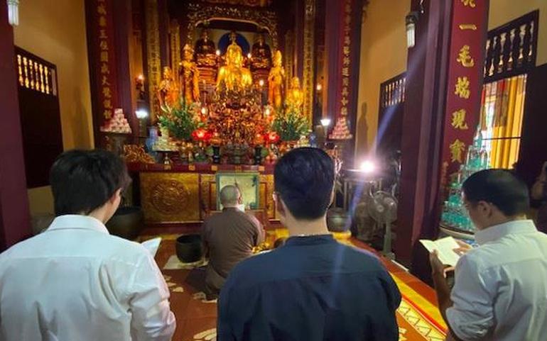 Nhóm tác giả đến sám hối tại chùa Quán Sứ. Ảnh: GHPGVN