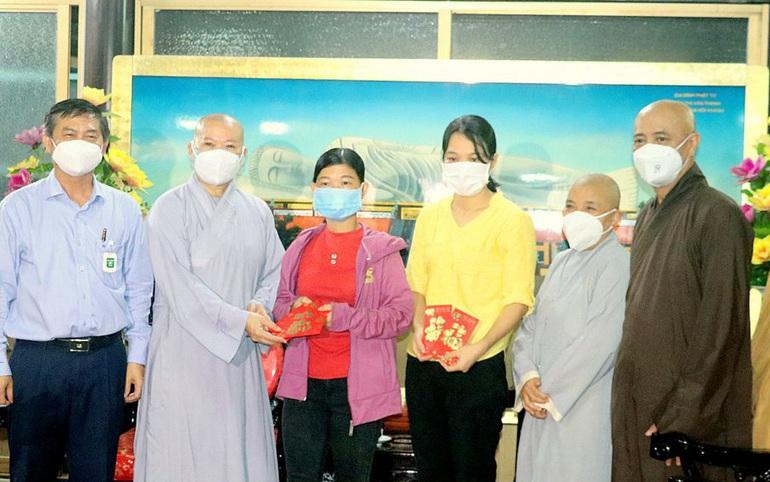 Đại diện GHPGVN tỉnh Bình Dương và Ủy ban MTTQ Việt Nam tỉnh trao học bổng tượng trưng đến phụ huynh đại diện trẻ em không may mất đi người thân vì đại dịch Covid-19