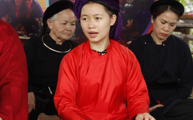 Liễu Thị Minh Thơ biểu diễn hát Then