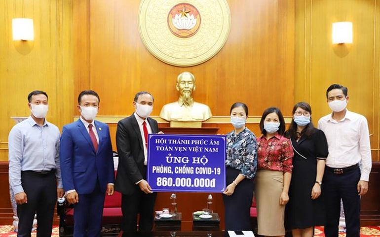 Đại diện Ủy ban Trung ương MTTQ Việt Nam tiếp nhận ủng hộ của Hội thánh Phúc âm Toàn vẹn Việt Nam