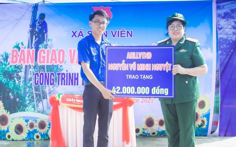 Chị Minh Nguyệt ủng hộ chương trình Thắp sáng đường quê ở huyện Nông Sơn (Quảng Nam)