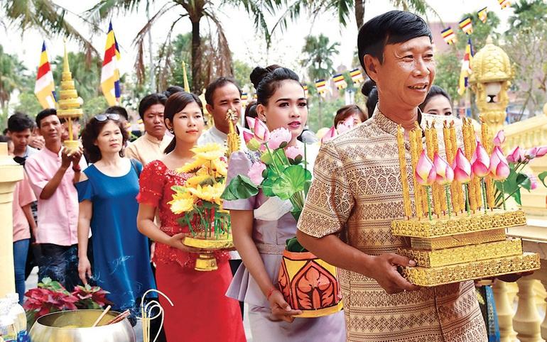 Đồng bào Khmer dây nhà chùa đèn cầy trong lễ nhập hạ. Ảnh minh họa