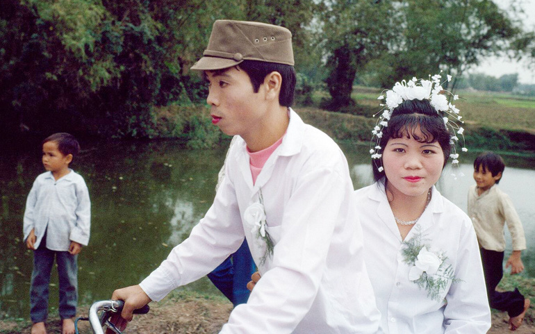 Đám cưới xưa chú rể thường đánh son và rước dâu bằng xe đạp, đám trẻ con thì chạy theo xe để xem chú rể và cô dâu
