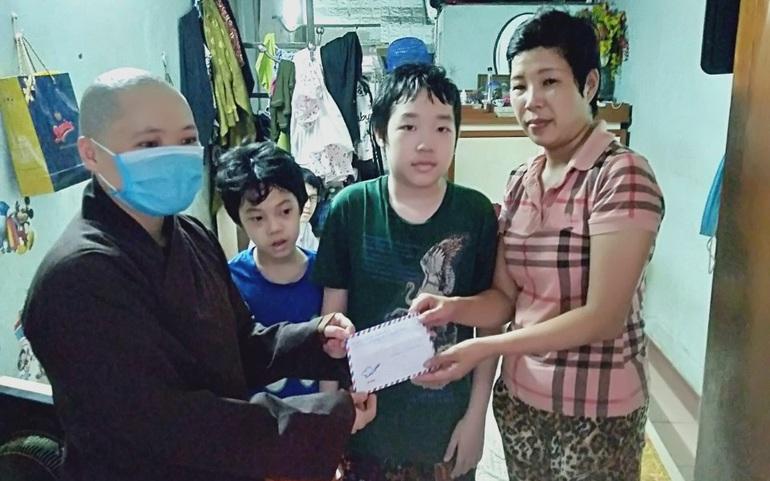 Đại diện chùa Kim Liên trao quà cho mẹ con chị Nguyễn Thu Hương