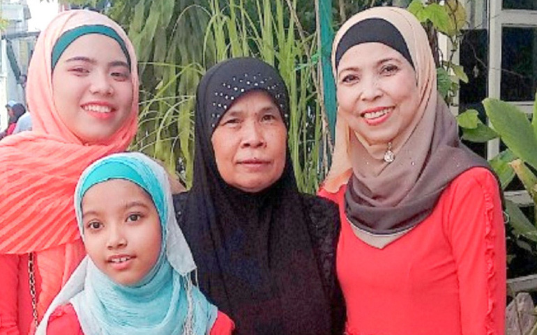 Chị SaLy Mad (bìa phải) cùng những người thân trong gia đình