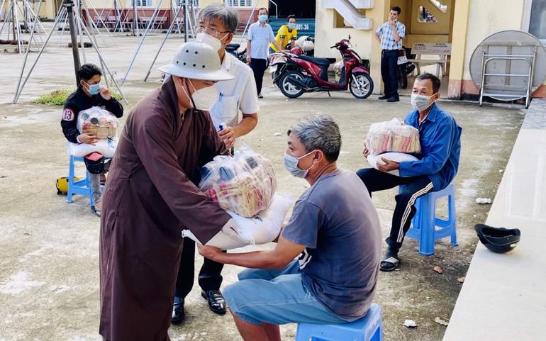 Đại đức Thích Pháp Trí, Ủy viên ban Pháp chế Trung ương GHPGVN, Trụ trì chùa Thập Phương (Kiên Giang) trao quà cho người nghèo bị ảnh hưởng bởi dịch Covid-19