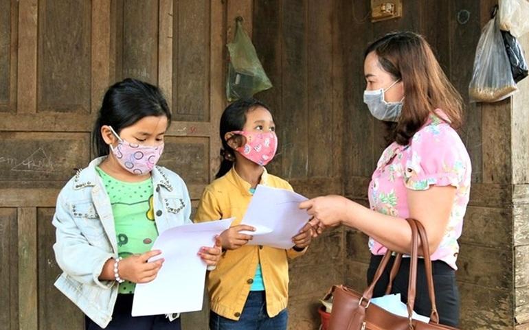 Giáo viên vùng sâu, vùng xa ở Đắk Lắk đến tận nhà học sinh để giao bài tập. Ảnh: Bảo Trung
