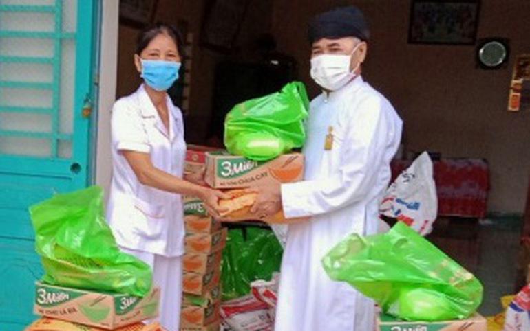 Họ đạo xã Suối Dây, huyện Tân Châu, Tây Ninh, tặng quà cho đồng bào nghèo bị ảnh hưởng bởi dịch Covid-19. Ảnh: ST