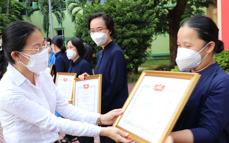 Phó Chủ tịch Ủy ban MTTQ TPHCM Phan Kiều Thanh Hương (bìa trái) cảm ơn sự đóng góp của các tình nguyện viên tôn giáo