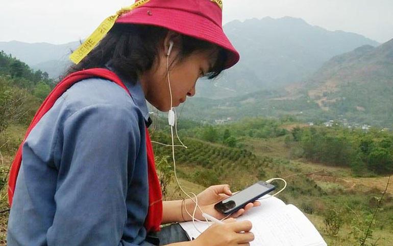 Một học sinh vùng cao tìm đến nơi có mạng internet để học trực tuyến. Ảnh minh họa: Quỳnh Nguyễn