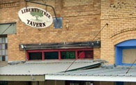 Quán bar Mỹ từ chối phục vụ khách hàng đeo khẩu trang