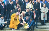 Đoàn kiều bào tiêu biểu viếng Lăng Bác, dâng hương và thả cá tại Đền Đô