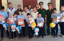 Quảng Ngãi: Hội LHPN huyện Sơn Tịnh trao quà Tết Trung thu cho trẻ em khuyết tật