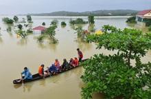 Quảng Bình: Hội viên phụ nữ tích cực hỗ trợ cứu hộ, cứu nạn người dân khỏi vùng lũ