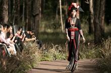 """Những bộ sưu tập thổ cẩm thu hút mọi ánh nhìn tại Fashion show """"Hương rừng sắc núi"""""""