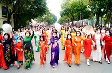 Hơn 500 phụ nữ thủ đô đồng diễn áo dài trên Phố đi bộ Hồ Gươm