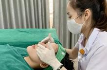 Chấm thuốc trị nám ở spa, nữ bệnh nhân bị bỏng da mặt