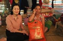 Lãnh đạo TƯ Hội LHPN Việt Nam thăm, tặng quà cho phụ nữ có hoàn cảnh khó khăn ở Điện Biên
