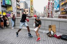 """""""Chịu đánh lấy tiền"""": Hình thức kinh doanh độc lạ ở khu phố sầm uất bậc nhất Nhật Bản"""