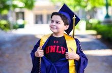 Cậu bé 13 tuổi sở hữu 4 bằng cử nhân, bí quyết dạy con từ người mẹ khiến cả thế giới thán phục