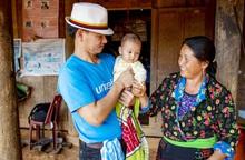 Đại sứ UNICEF Xuân Bắc cấp phát hàng cứu trợ phòng chống dịch Covid-19 tại Điện Biên
