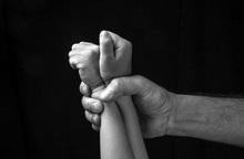 """Bé gái 8 tuổi bị """"bạn nhậu"""" của cha xâm hại tình dục nhưng gia đình muốn giấu kín"""