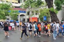 """Gần 4.000 thí sinh """"đội mưa"""" đi thi vào THPT chuyên Ngoại ngữ"""