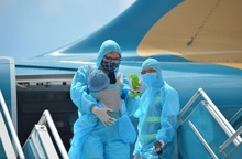 Chuyến bay đầu tiên đưa 202 người mắc kẹt ở Đà Nẵng về đến Hà Nội