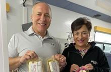 Cặp vợ chồng Mỹ hiến huyết tương cứu 68 bệnh nhân Covid-19