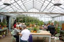 """Cặp đôi xây """"Ngôi nhà thiên nhiên"""" vừa giữ ấm lại có rau củ hữu cơ quanh năm"""