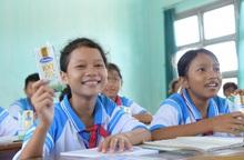 Quỹ sữa Vươn cao Việt Nam trao tặng 83.400 ly sữa cho trẻ có hoàn khó khăn tỉnh Phú Yên