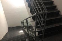 Hành vi gây phẫn nộ của kẻ giam giữ, hiếp dâm cô gái trẻ trong cầu thang chung cư