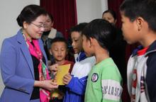 """Trao học bổng """"Nâng bước em đến trường"""" cho học sinh nghèo và tặng quà phụ nữ yếu thế ở Nghệ An"""