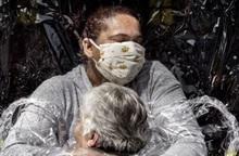 Cái ôm trong đại dịch Covid-19 giành giải Ảnh báo chí Thế giới